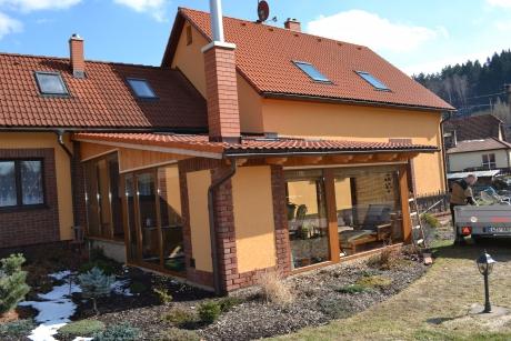 Dřevěná přístavba k domu